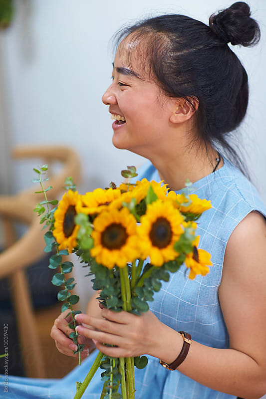 pretty young asian florist in her studio by Bo Bo for Stocksy United