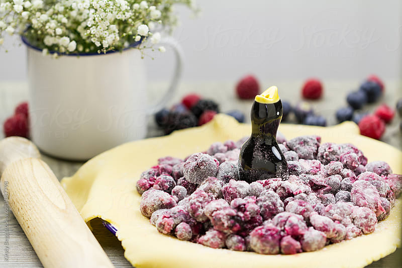 Making a berry pie by Kirsty Begg for Stocksy United