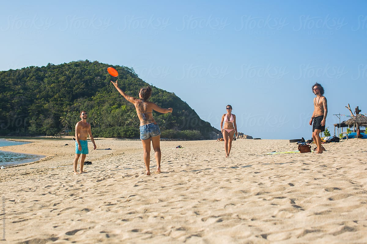 Group of Friends Playing Frisbee on the Beach by Mosuno - Game ...