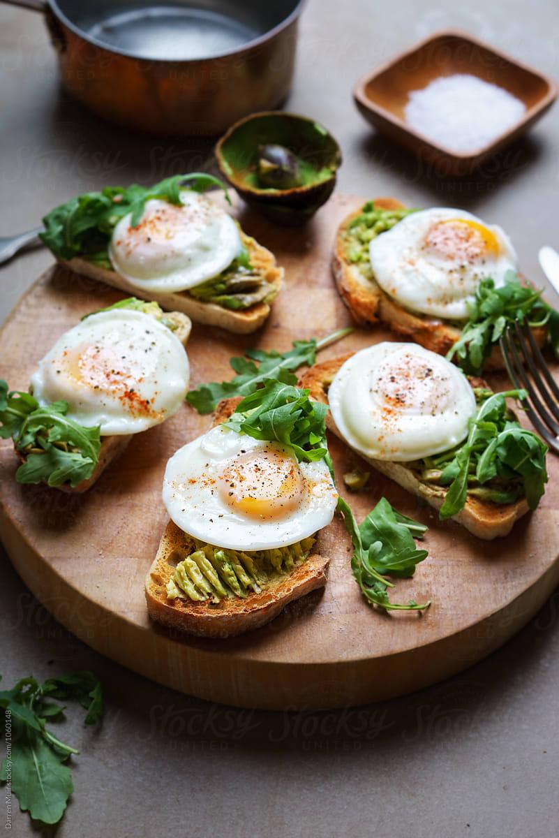 Tostada de aguacate con huevos de codorniz
