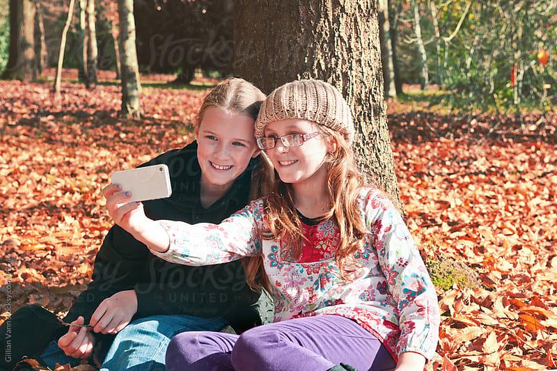 sister selfies by Gillian Vann for Stocksy United