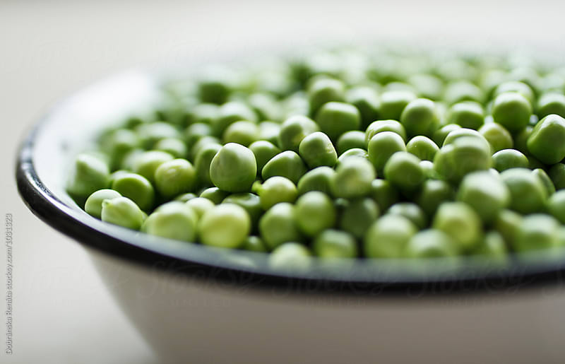 A bowl of fresh peas by Dobránska Renáta for Stocksy United