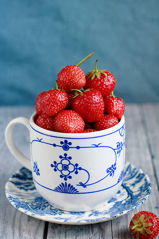 Fresh strawberryes by Viktorné Lupaneszku for Stocksy United