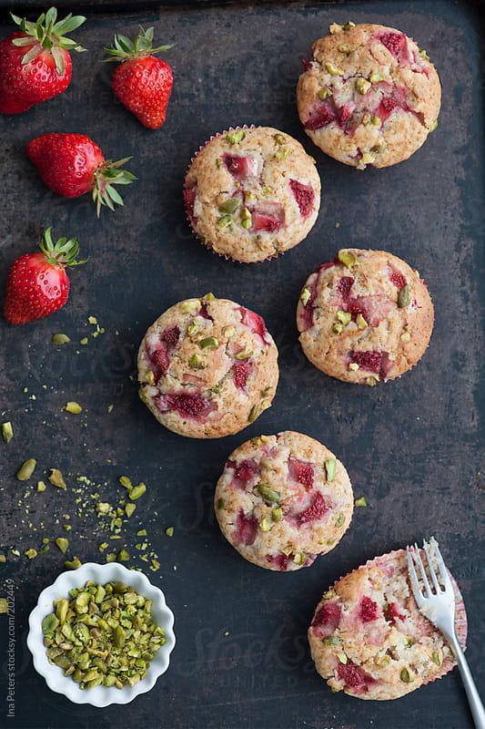 Erdbeer Muffins mit Buttermilch und gehackten Pistazien by Ina Peters for Stocksy United