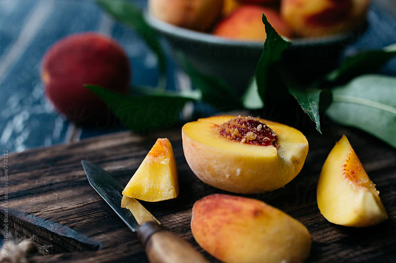 Slices of freshly picked peaches by Gabriel (Gabi) Bucataru for Stocksy United