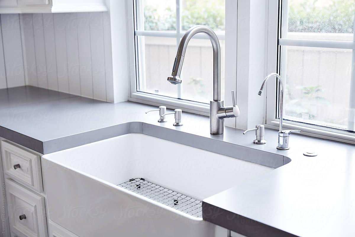 White Farmhouse Sink With Concrete Countertops Por Trinette Reed Stocksy United
