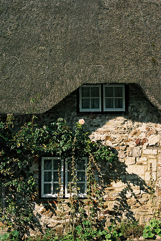 House with thatched roof, Oxfordshire by Kirstin Mckee for Stocksy United