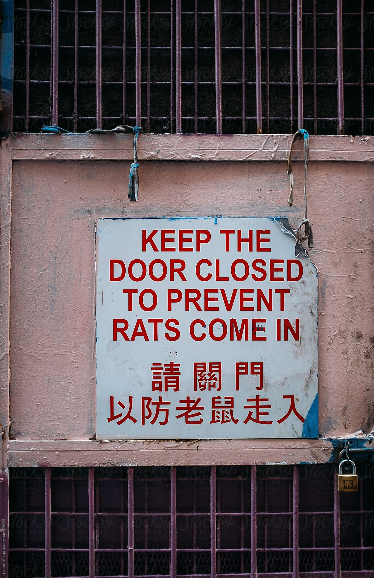 Stock Photo - Sign: Keep Door Closed To Prevent Rats Come In