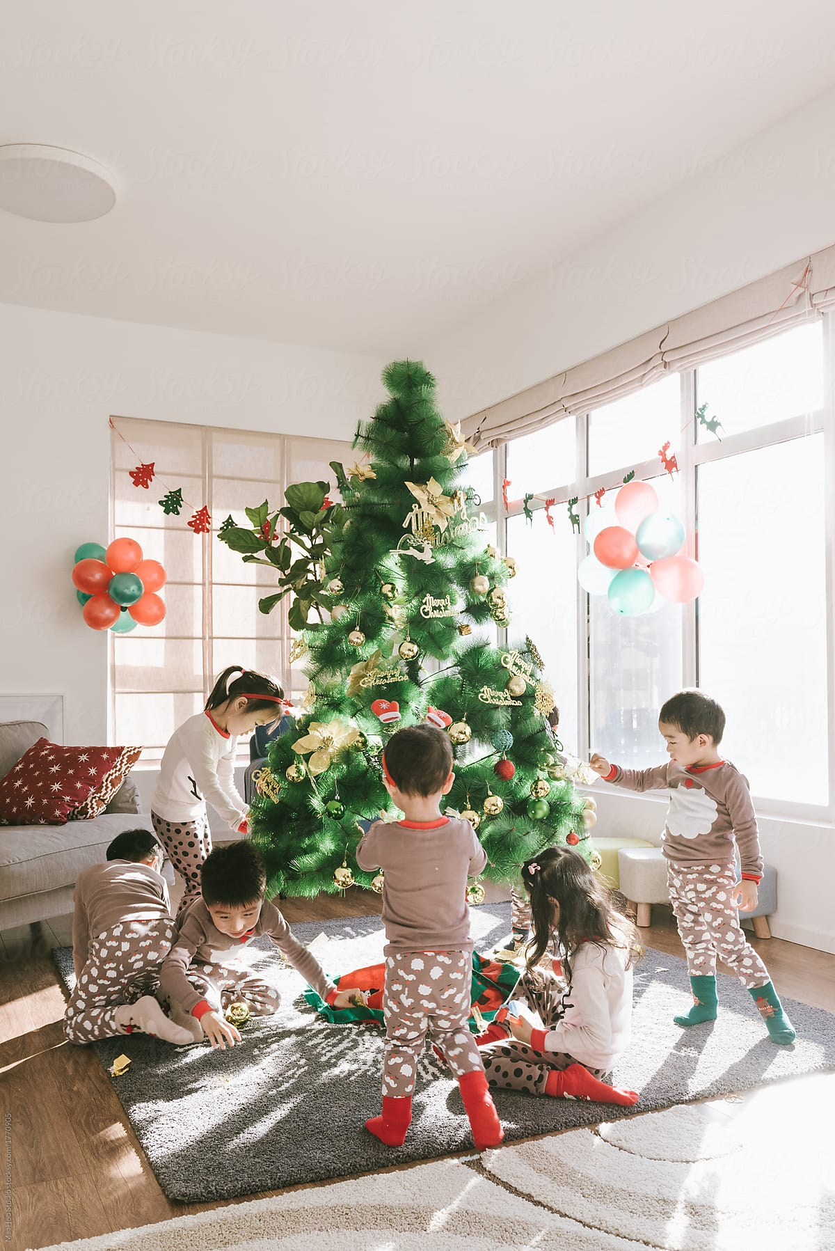the latest 23af3 d4989 Kids decorating christmas tree at home by MaaHoo Studio ...